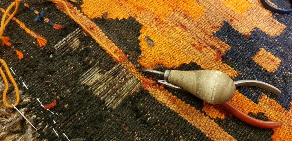Restauración kilim colocación urdimbre y nuevo tejido