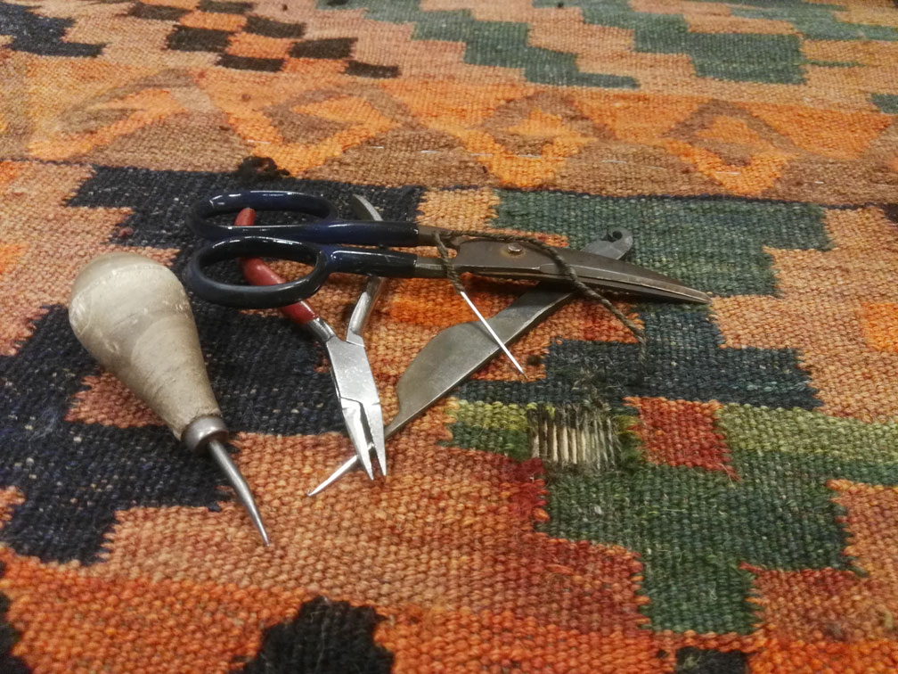 Restauración kilim tejido nuevo en agujero